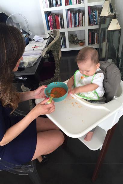 De vez en cuando, Baby Bruce prefiere jugar que comer sus papillas.