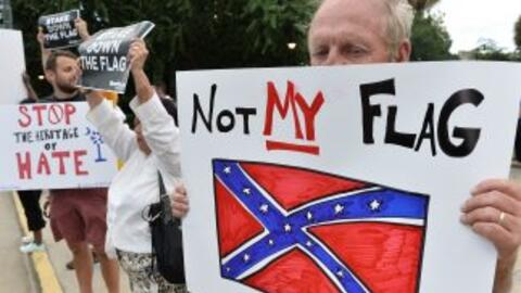 """Un manifestante con el letreno """"No mi bandera"""" tras la masacre en Charle..."""