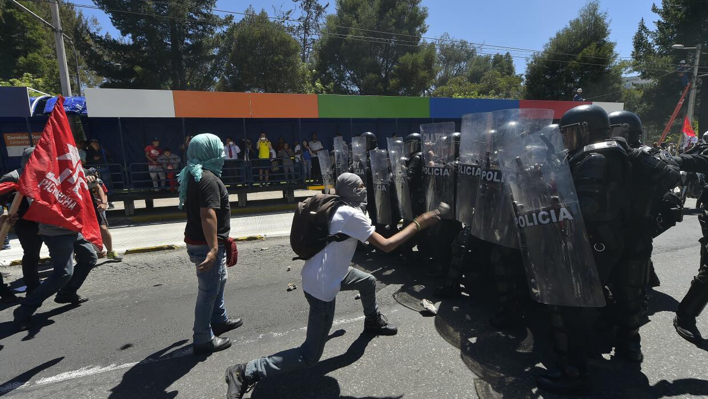 Un manifestante se planta delante de la policía en Quito.
