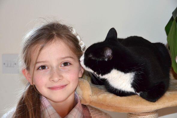 Una pequeña le debe la vida su felina mascota la que le salvó de entrar...