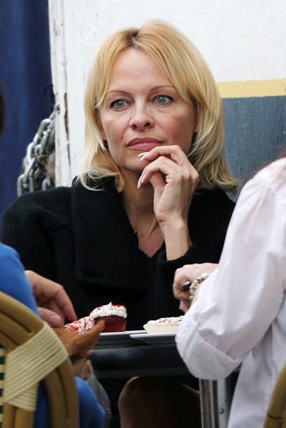 Pamela también dice que Rick, cuando pierde en póker, se desquita con el...