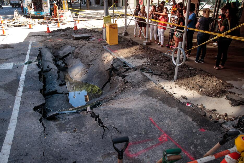 En agua estancada se refleja el día en Manhattan, uno complicado para lo...