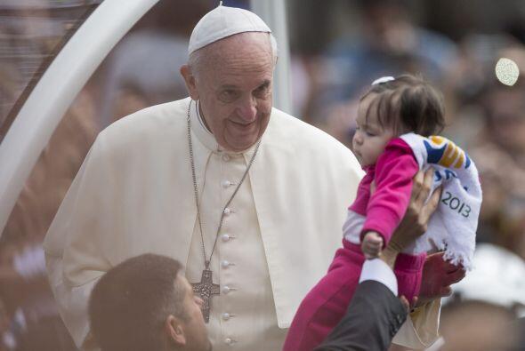 En varias ocasiones Francisco descendió para besar a niños y saludar a e...