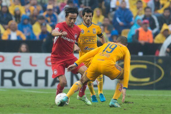 El mediapunta Lucas Lobos intentó armar crear jugadas de peligro,...