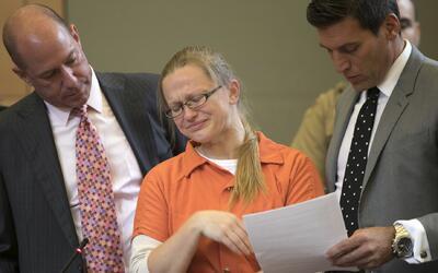 Angelika Graswald, acompañada de sus abogados, llora tras declara...