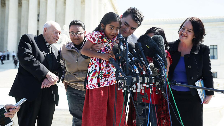 La niña Sophie Cruz frente a la Corte Suprema de EEUU el 18 de abril de...