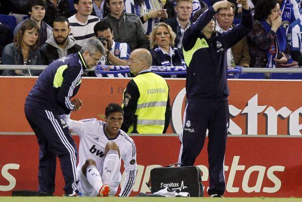 En la primera parte Varane se lesionó en una jugada en la que pisó mal.