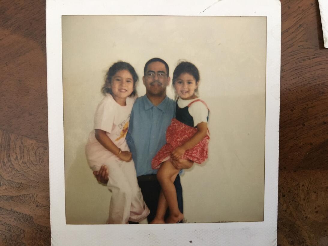 Teniendo 23 años, Díaz carga a su hija mayor, Jessica, entonces de 6 año...