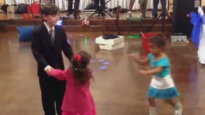 ¿Logrará esta niña separar a los otros dos bailarines?