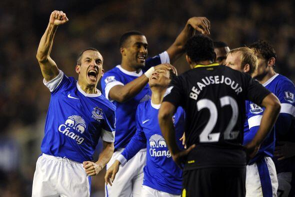 Everton logró tres puntos al imponerse al Wigan por 2-1.