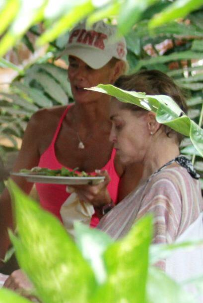 Sharon, sin gota de maquillaje, disfrutó de unos ricos snacks.