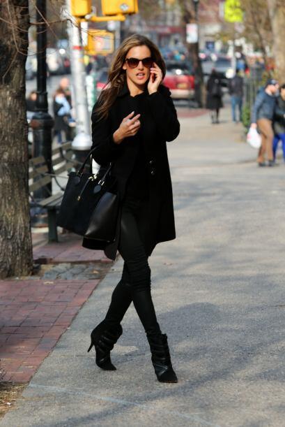 ¡El 'street style' de Alessandra Ambrosio es uno de nuestros favoritos!...
