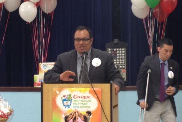 Y Juan Rangel de United Neighborhood le dio las gracias a la aportación...