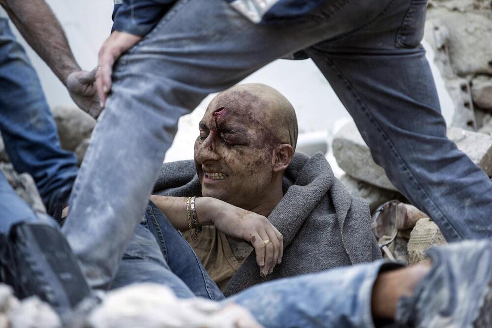 Voluntarios y autoridades ayudan a sacar a este hombre de los escombros