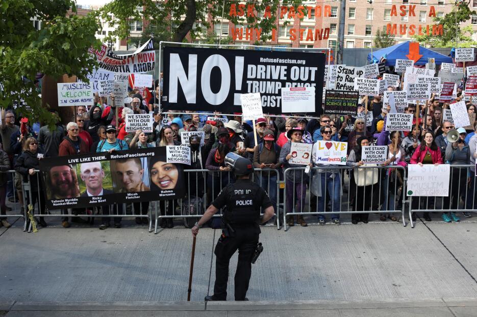 La contra-protesta en Seattle recordó el asesinato de dos personas en un...