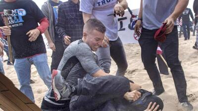 Detienen tras ocultarse en México al líder de violento grupo supremacista blanco de California
