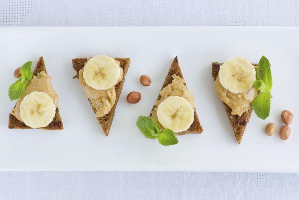 Coloca encima unas rodajas de banana y luego una cucharada de miel o néc...