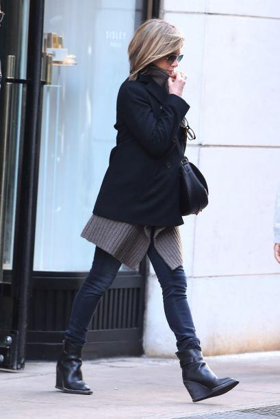 Ella se cubría del frío que aún persiste en Manhattan. Mira aquí los vid...