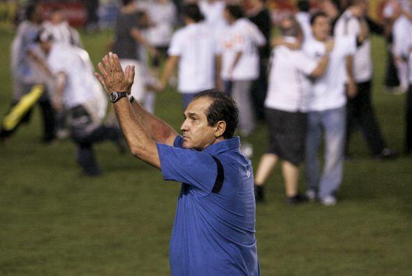 Murcy Ramallo, entrenador del Santos, festejando la obtención del...