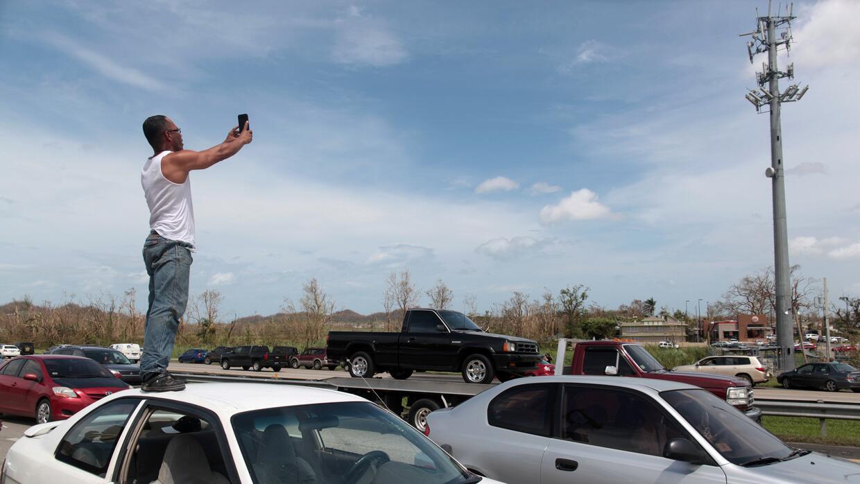 Decenas han buscado señal telefónica en una transitada autopista que que...