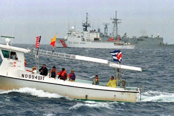 La flotilla Democracia honrando a los mártires en el Punto Cero, lugar d...