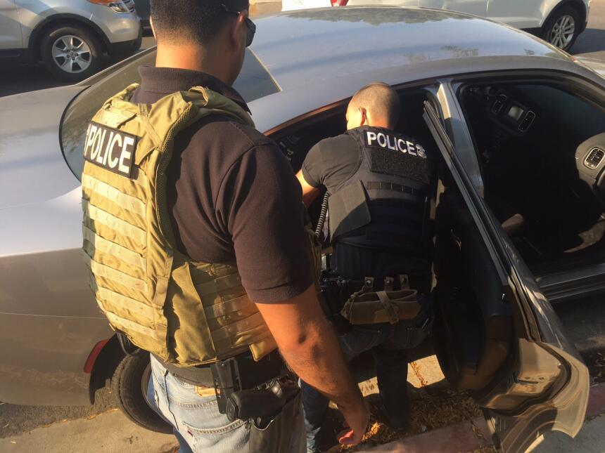 Uno de cada dos agentes de ICE que capturan fugitivos en el sur de Calif...