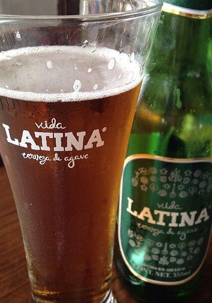 Por la noche, la futura novia disfrutó de una deliciosa cerveza de agave...