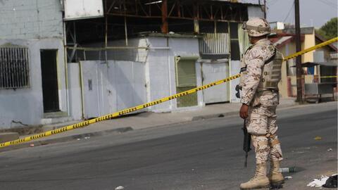 Un soldado del Ejército Mexicano frente al taller mecánico...