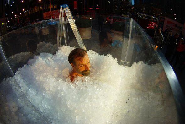 Se mantiene sumergido en bloques de hielo, para relajar su espina dorsal...