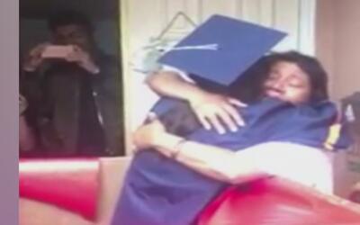 Esta latina prefirió perderse su graduación para dar una emotiva sorpres...