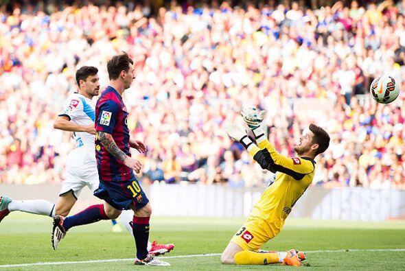 De un gran pase de Xavi llegó el segundo de Messi con sombrerito sobre e...
