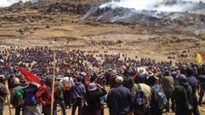 Manifestantes contra el proyecto minero cuprífero Las Bambas durante un...