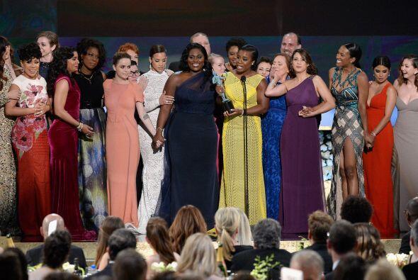 ¡Todo el elenco de 'Orange is the New Black' en el escenario! Apenas y c...
