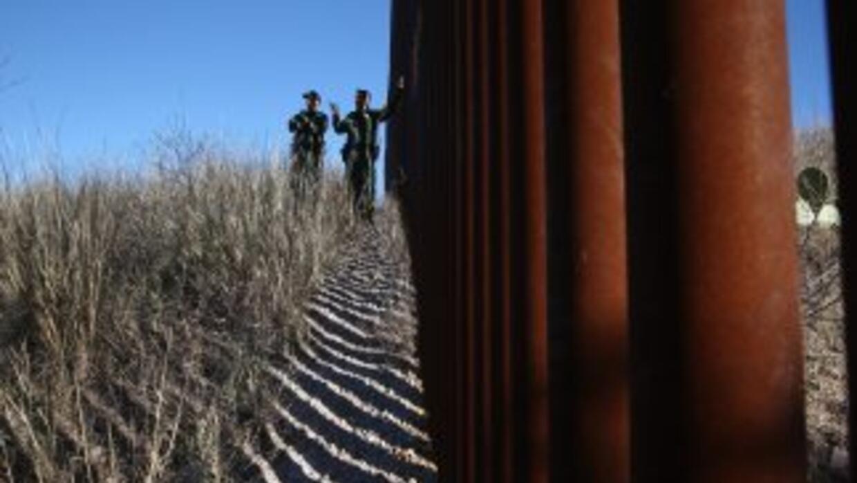 Agentes vigilan la frontera entre Estados Unidos y México.