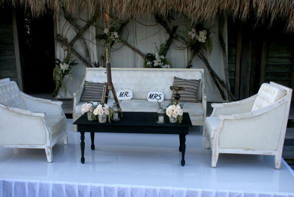 Aquí la mesa de los novios, bastante diferente a lo tradicional.