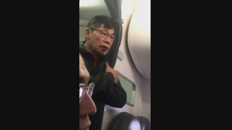 """""""Sólo mátenme"""", dijo el pasajero que fue arrastrado por el pasillo de un..."""