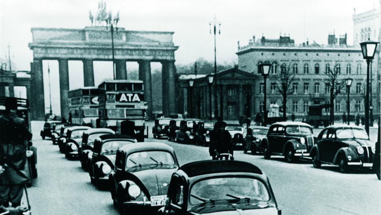 Un grupo de prototipos de pre producción del Volkswagen Tipo 60 circula...