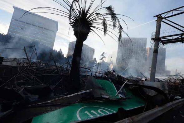 Avisos de la autopista cercanos a la estructura en llamas también fueron...