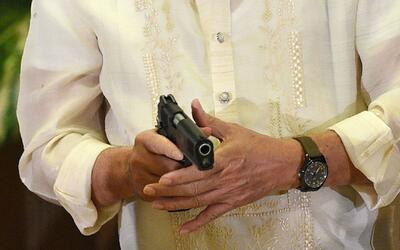 Hombre armado permanece atrincherado en una casa de Lake Balboa, California