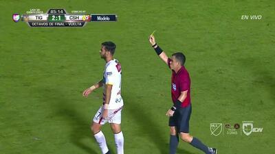 Tarjeta amarilla. El árbitro amonesta a Yendrick Ruiz de Herediano