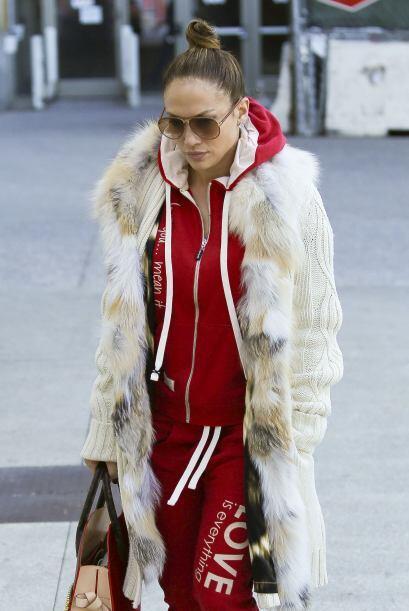 Jennifer López es otra de las fanáticas de las gafas, en este caso optó...
