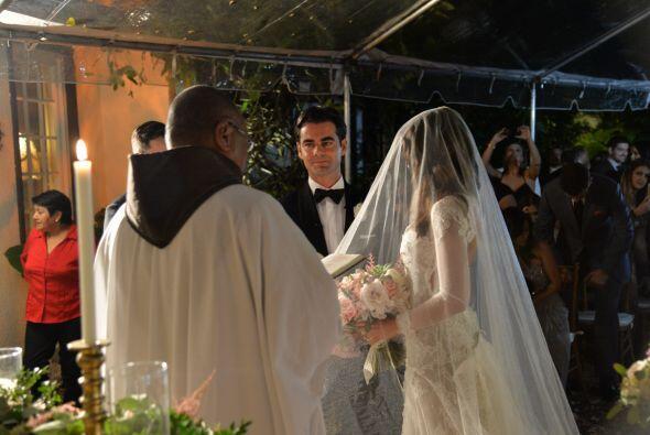 El sacerdote comenzó a oficiar la ceremonia.