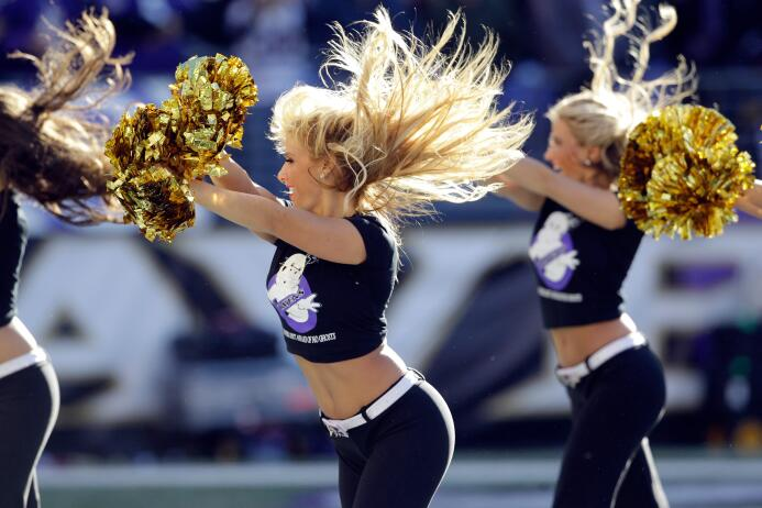 Con el frío las hermosas cheerleaders de la NFL lucen bellísimas enfunda...
