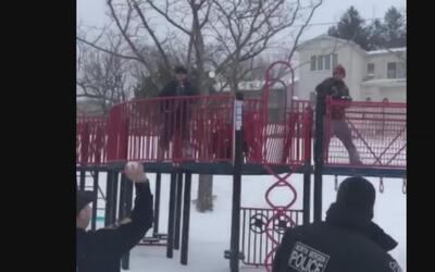 El videíto: policías retan a unos chicos a una pelea de bolas de nieve
