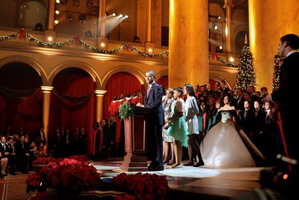 Antes del concierto, Obama, acompañado de su esposa, Michelle, y las hij...