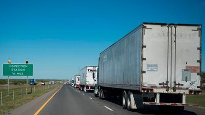 Camiones que cruzan desde México deben pasar por este punto de inspecció...