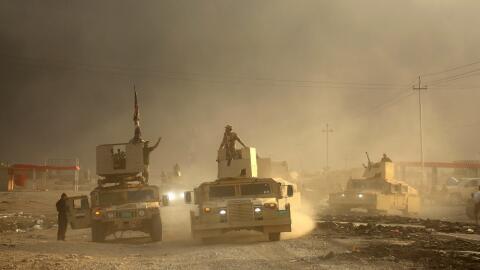 Un convoy militar iraquí avanza hacia la ciudad de Mosul, Irak, e...