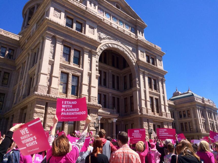 Cientos de personas de todo Texas se reúnen para exigir que el estado de...