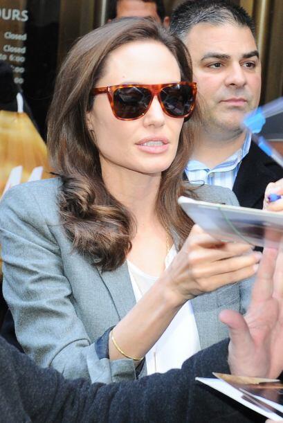 La actriz se la pasó consintiendo a sus fans y firmó todo...
