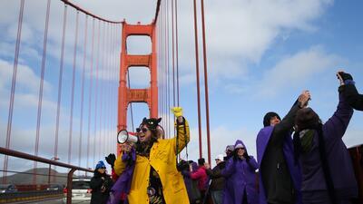 Miles unen sus manos en el Golden Gate para mostrar unidad ante la juramentación de Donald Trump como presidente